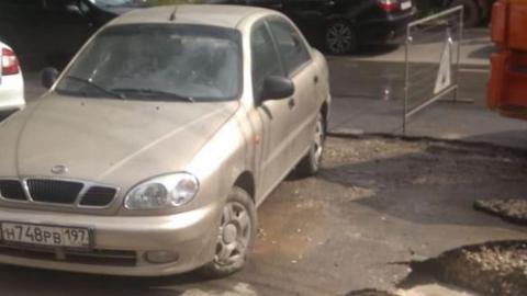 Коммунальщики не могут приступить к работам из-за припаркованного автомобиля