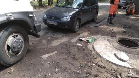 Коммунальщики не могут начать работы из-за припаркованного автомобиля