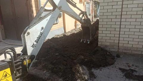 Специалисты КВС меняют водопроводный ввод по ул. Челюскинцев