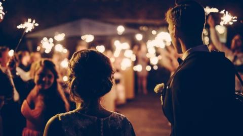 Молодожены снова могут пригласить гостей на бракосочетание