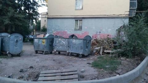 Жители Заводского района жалуются на переехавшую к ним под окна помойку