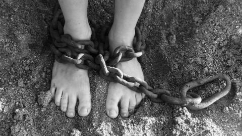 Три товарища пытались продать четвертого в рабство, изнасиловали его и забили до смерти | 18+