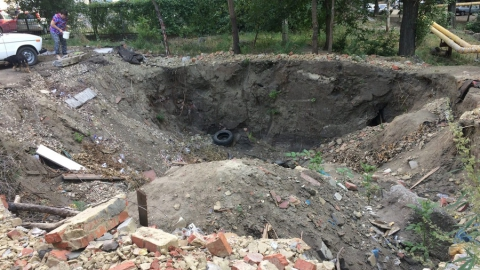 Жители Заводского района жалуются на оставшийся после сноса дома котлован
