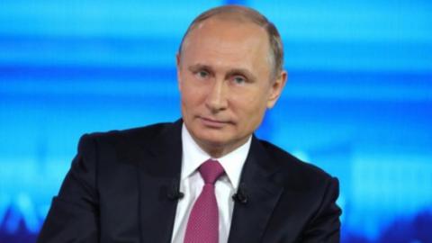 Владимир Путин предложил выдавать впервые получающим паспорт экземпляр конституции