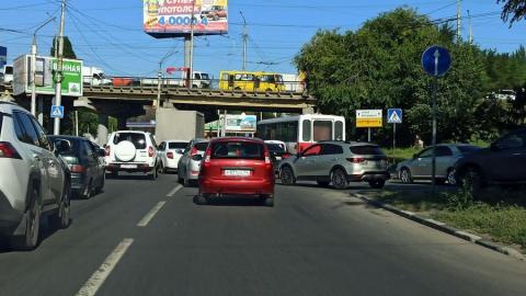 Пробка под мостом перекрыла движение в Ленинском районе