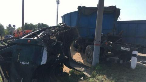Грузовик с зерном попал под поезд в Ивантеевском районе