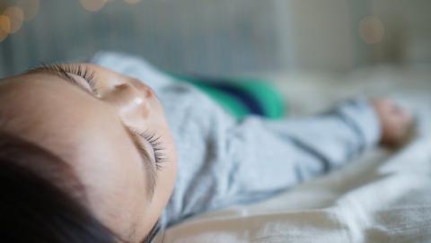 Выпавший из окна саратовский младенец доставлен в больницу в тяжелом состоянии