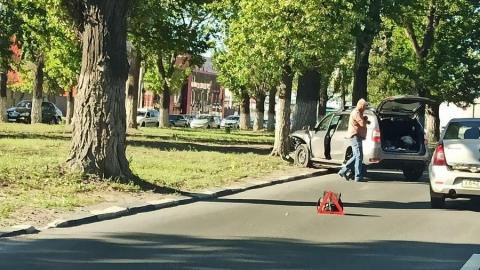 Renault Duster попал в аварию и влетел в дерево по дороге в Заводской