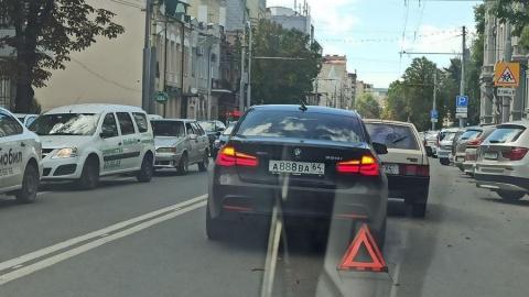BMW с «крутым» номером и «восьмерка» заблокировали проезд в центр Саратова