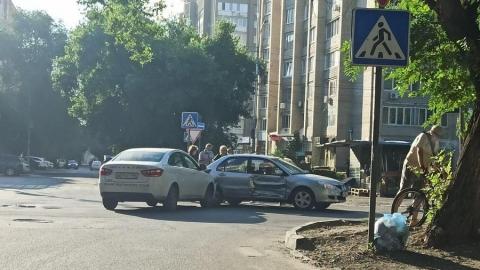 Столкновение «Лады Веста» с Mitsubishi устроило пробку на Рахова