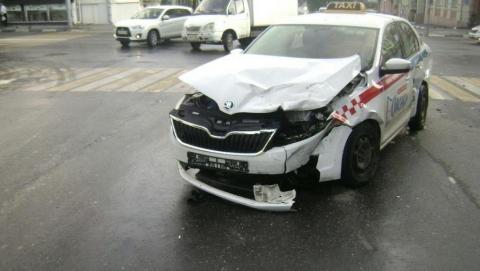 Девушка на Fiat врезалась в такси и отделалась легкими травмами