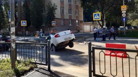 В центре Саратова под землю провалилось Яндекс-такси | ВИДЕО