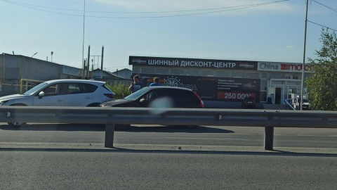 «Лада» взяла Mazda на таран на пустой дороге