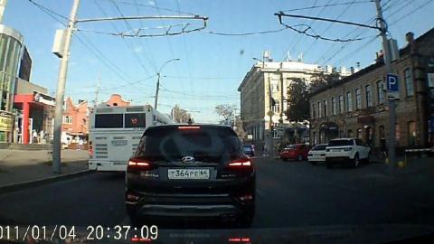 Саратовский автобус проехал в центре города по встречной полосе на красный свет | Видео