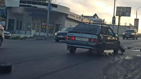 Lada без бампера и Toyota без колеса устроили пробку на выезде из Саратова