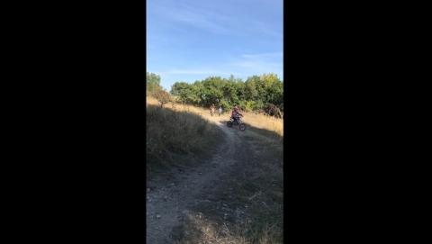 Горожанка обратила внимание на уничтожающий природный парк незаконный мототрек | Видео
