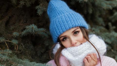 Сотрудница Роспотребнадзора обманула продавца и выманила деньги, шапку и шарф