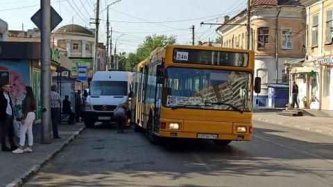 «Догонялки» энгельсского автобуса и 93-й маршрутки закончились аварией