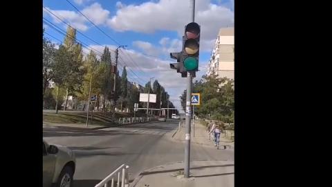 Власти не реагируют на опасный светофор рядом со школой | Видео