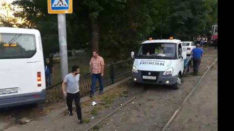 Маршрутка сломала забор после столкновения с такси и грузовиком | Видео