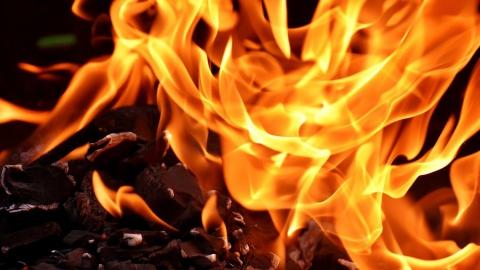 Двоих детей пришлось эвакуировать из крупного пожара в Октябрьском районе
