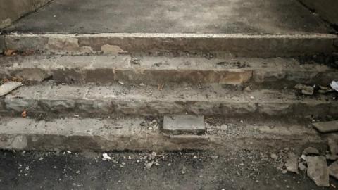 Разбитая лестница испортила саратовцам впечатление от нового тротуара
