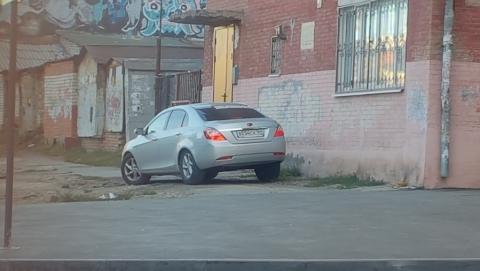 Автохам припарковался на тротуаре у Дома-коммуны