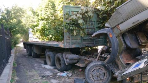 Саратовцы жалуются на брошенный на тротуаре грузовик