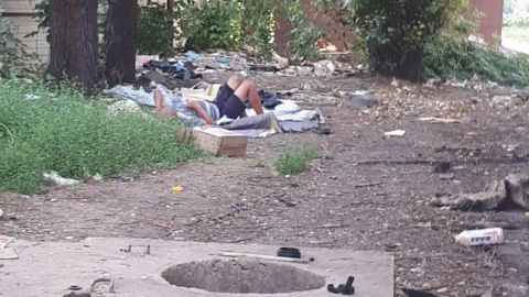 Жители дома в Энгельсе страдают от нашествия бомжей и свалки мусора