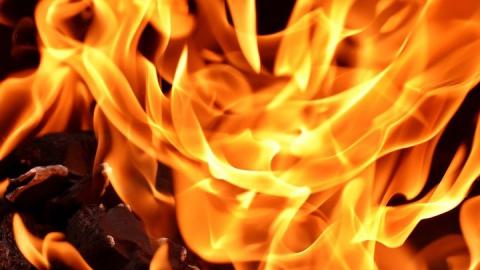 Квартира в саратовской многоэтажке загорелась из-за неисправной проводки