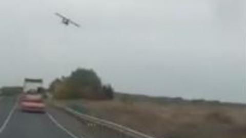 На въезде в Саратов самолет пикировал на автомобили | ВИДЕО
