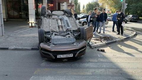 В тройном ДТП в центре Саратова перевернулась машина
