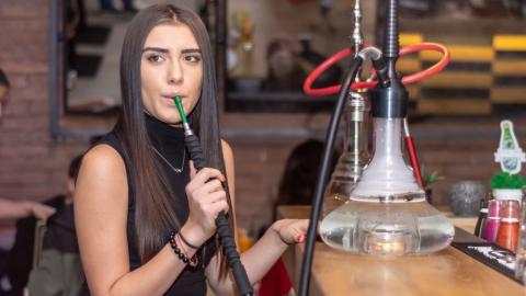 Госдума запретила курить кальяны в кафе