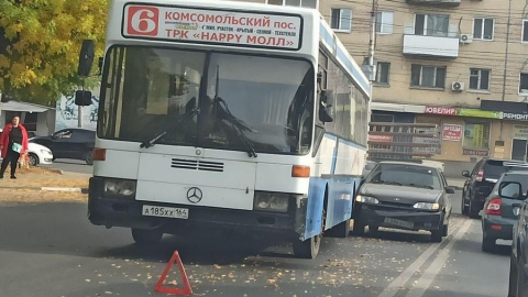 «Четырнадцатая» врезалась в автобус № 90 и устроила огромную пробку в Заводском