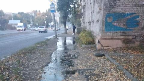 Администрация Заводского района разберется с прорывом трубы, из-за которого затопило подвал и залило улицу