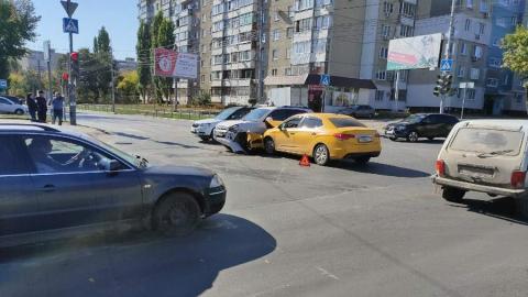 Две иномарки столкнулись в центре Саратова