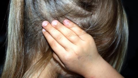 Муж матери домогался 10-летней девочки