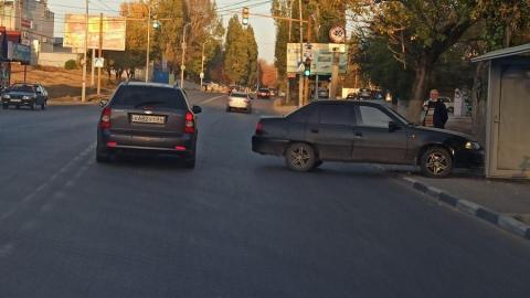 Машина перегородила дорогу в центр Саратова