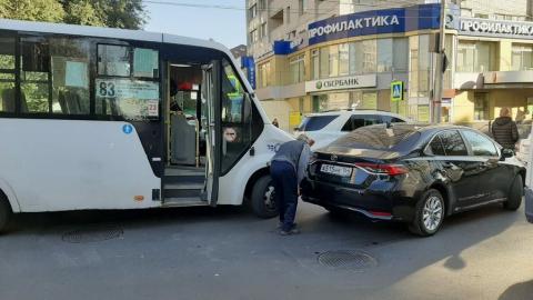 ДТП с маршруткой перекрыло дорогу в центре Саратова