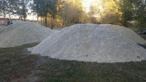 Жители Солнечного пожаловались на порчу газона при ремонте тротуара