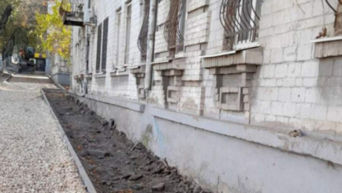 Чиновники пообещали восстановить разрушенную отмостку у дома в Заводском районе
