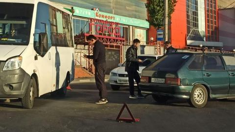 Авария у ТЦ «Город»: маршрутка № 81 столкнулась с двумя автомобилями