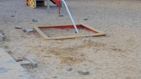 Кирпичи на детской площадке парка «Территория детства» возмутили саратовцев
