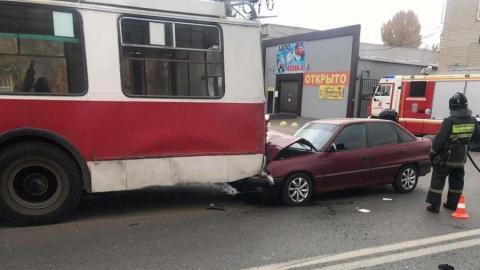 Opel врезался в троллейбус на Астраханской