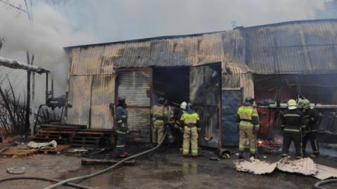 Ангар с текстилем сгорел в Саратове