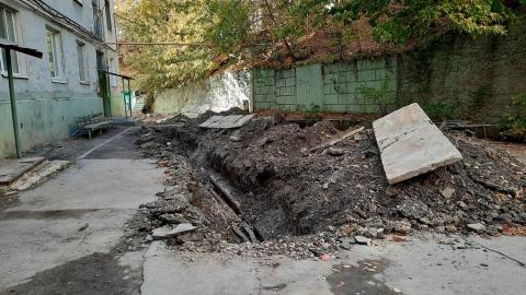 Рабочие оставили перекопанный асфальт во дворе дома в центре Саратова