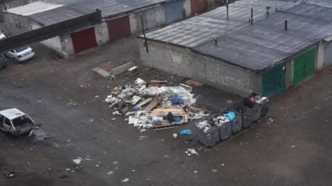 «Совсем оборзели»: управляющая компания полгода игнорирует требования жильцов убрать свалку из-под окон