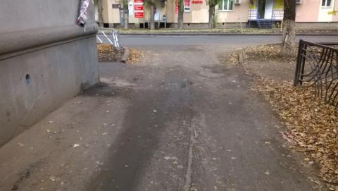«Меня в детстве там машина сбила»: саратовцы требуют обезопасить выход из двора