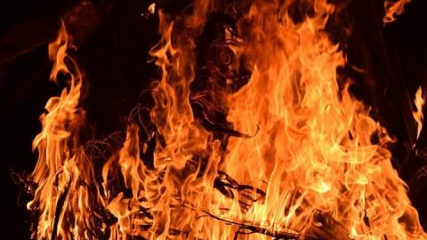 Две иномарки внезапно загорелись в Энгельсе
