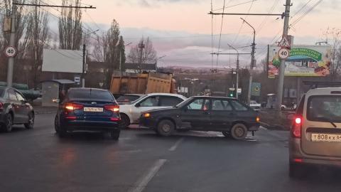 Машинам приходится объезжать ДТП на въезде в Саратов по встречной полосе